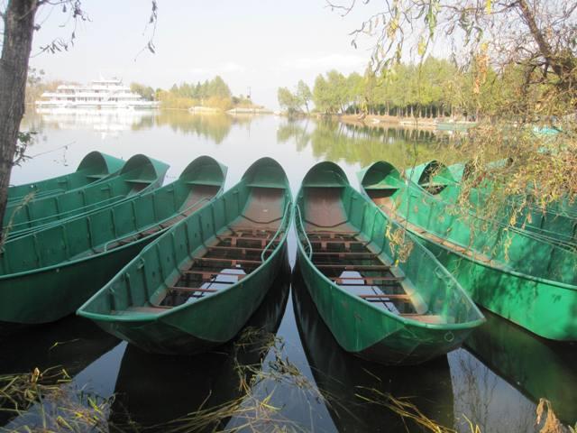 Non-government run tour boats on Erhai Lake