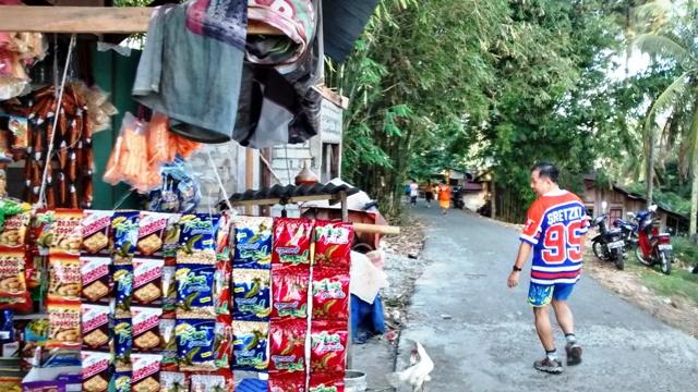 Warung selling snacks along the way.