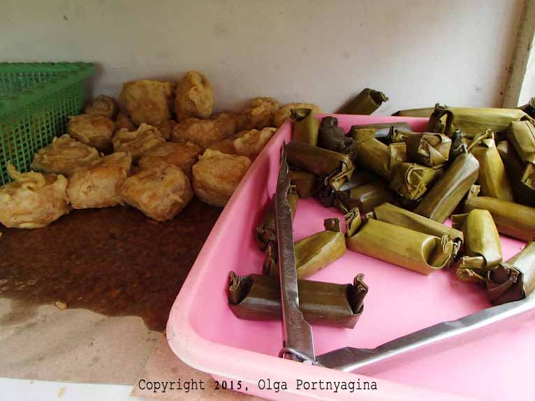 Vegetable-Stuffed Fried Tofu (left) and Chicken-Stuffed Rice Wrapped in Banana Leaves (pink tray). Which one to try? Both, of course!