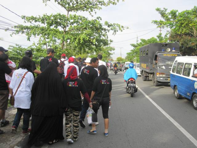 """Aids awareness walk. This is a somewhat controversial thing in conservative Indonesia. In fact, a few days before this walk, I saw another Aids Awareness walk through the city center. On that day, giant banners were being held high stating : """"Aids ... just say no to sex!"""""""
