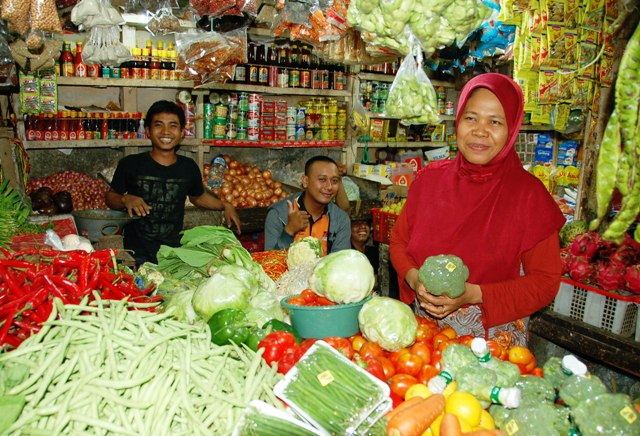 Ibu Djumiati and her nephews. This is where I buy most of my vegetables. She sells almost everything you can want, and most of it is locally grown. A can purchase a huge bag of veggies consisting of local basil, carrots, tomato, bell pepper (red and green), green beans, broccoli, cabbage, romaine lettuce, avocado, onions, garlic, chili peppers, chives and pineapple for about 10 USD!