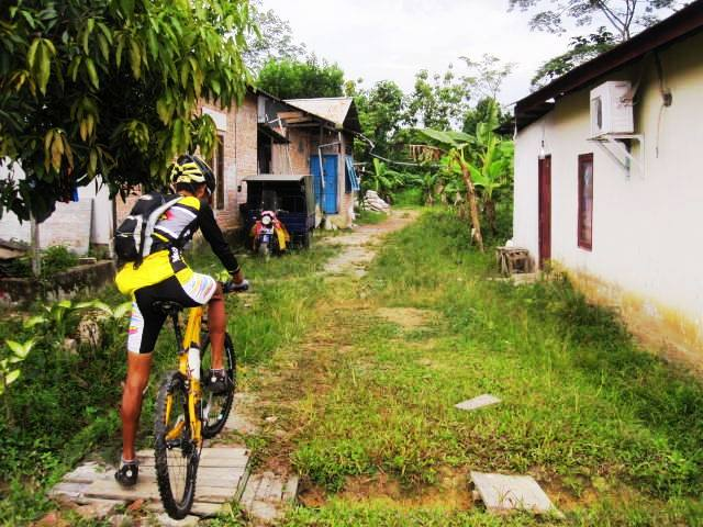 The amazing Pak Yayan (this guy is 66 years old and still wins all the bicycling tournaments !) leading the way through a kampung.