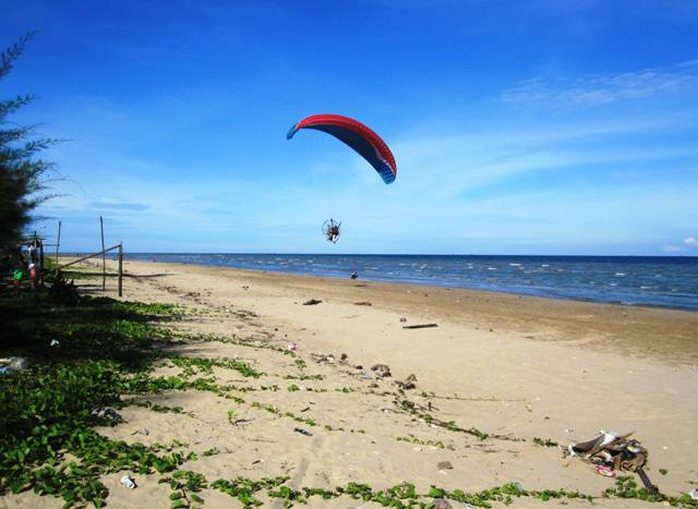 Self parasail at Manggar Beach