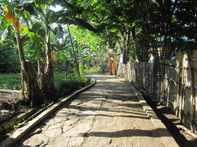 Path going from pier on south tip of Bunaken up the east side of island