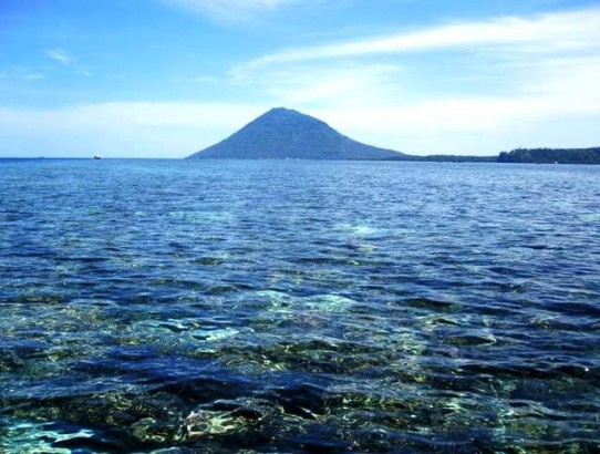 On the way to Bunaken from Manado, with Manado Tua in the distance