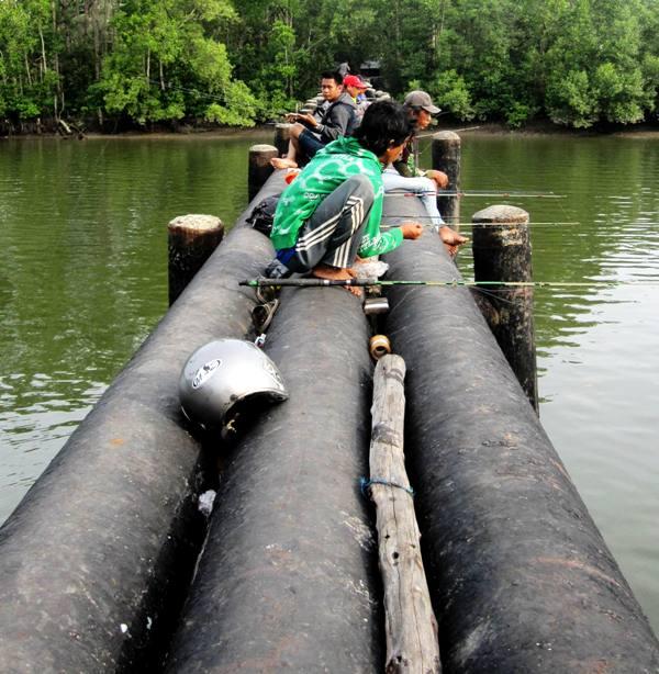 Fishing on Pertamina Water Pipeline.Pelabuan Ferry Tuah, Balikpapan Indonesia