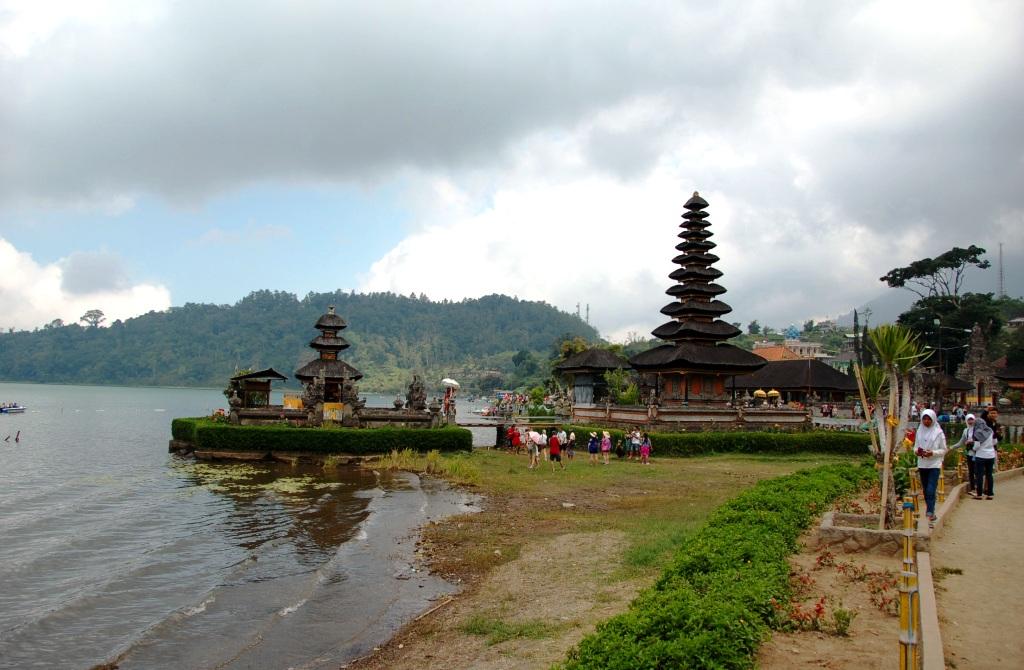 Side view of Pura Danu Bratan