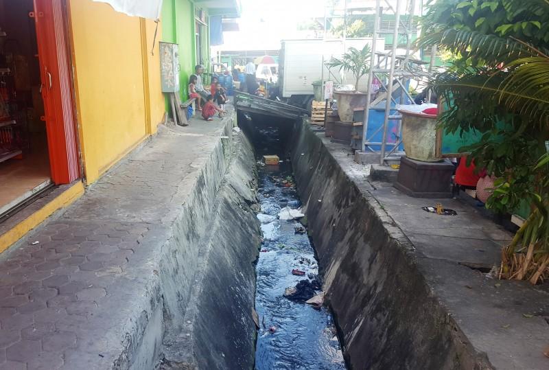 Trash along drainage canals at Pasar Klandasan, Balikpapan, Indonesia