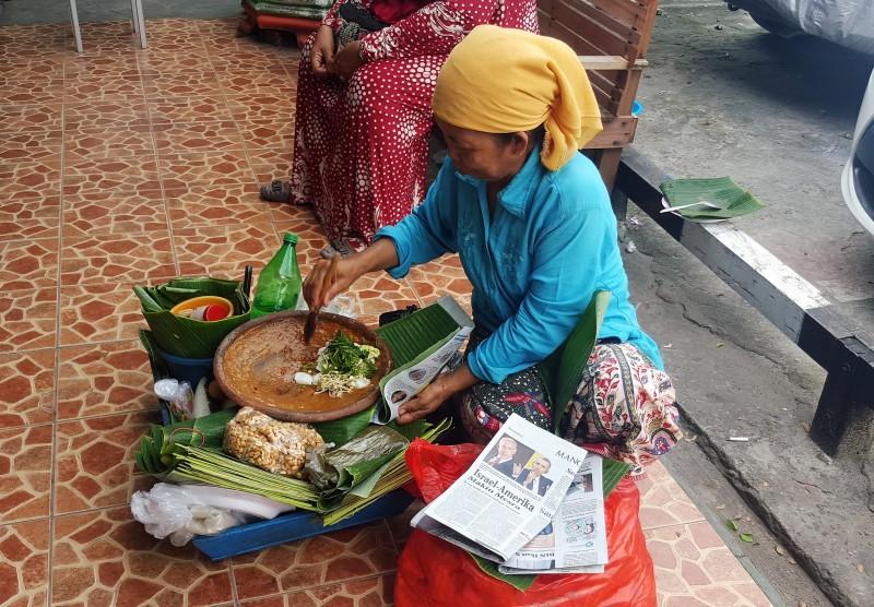 Woman packaging freshly mixed Gado-Gado at Pasar Kebun Sayur in Balikpapan